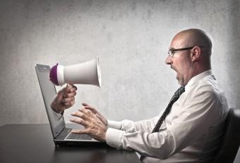 Der falsche Umgang mit Kollegen kann zu Stress und Burnout führen.